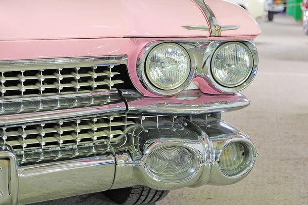 Framljus på en rosa vintage bil