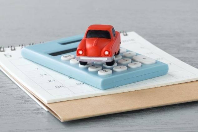 en bil, almenacka och miniräknarel